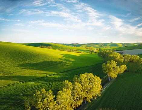 春「オルチャ渓谷の風景」:スマホ壁紙(13)