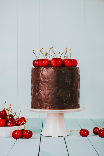 サクランボ「Cake with chocolate icing and cherries on top on cake stand」:スマホ壁紙(17)