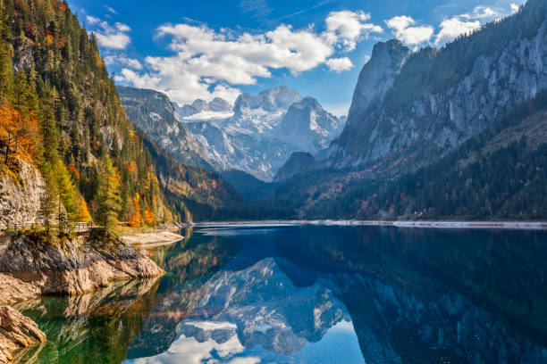 View of idyllic colorful autumn scenery with Dachstein mountain at lake Gosau:スマホ壁紙(壁紙.com)