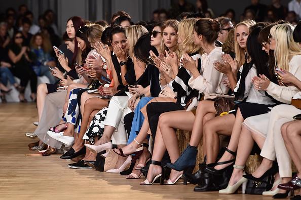ロージー・ハンティントン・ホワイトリー「Chloe : Front Row - Paris Fashion Week Womenswear Spring/Summer 2015」:写真・画像(7)[壁紙.com]