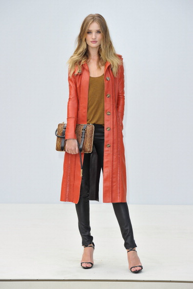 ロージー・ハンティントン・ホワイトリー「Burberry Spring Summer 2012 Womenswear Show」:写真・画像(9)[壁紙.com]