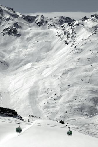 Les Menuires「Ski lifts on snowy mountain」:スマホ壁紙(9)
