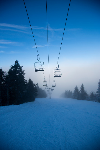 スノーボード「Ski lifts over Ski Slope in Winter」:スマホ壁紙(2)