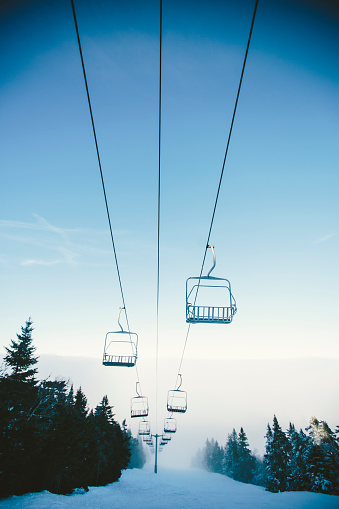スノーボード「Ski lifts over Ski Slope in Winter」:スマホ壁紙(5)