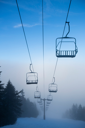 スノーボード「Ski lifts over Ski Slope in Winter」:スマホ壁紙(7)
