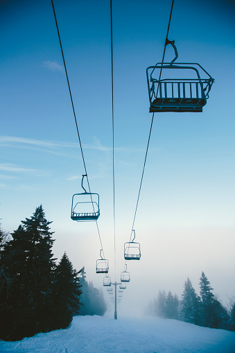 スノーボード「Ski lifts over Ski Slope in Winter」:スマホ壁紙(6)
