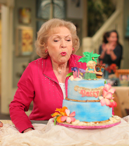 "Birthday「Betty White Celebrates 93rd Birthday On The Set Of ""Hot in Cleveland""」:写真・画像(17)[壁紙.com]"