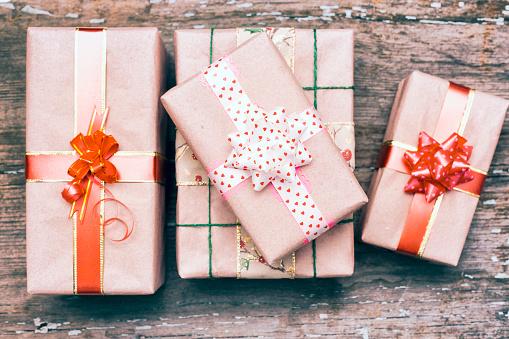 プレゼント「Gift boxes on wooden table」:スマホ壁紙(16)