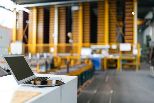 Freight Transportation「Laptop and digital tablet in logistics center」:スマホ壁紙(18)