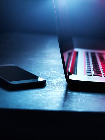 Dark Web「Laptop and smartphone at night」:スマホ壁紙(18)