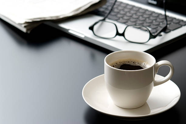 Laptop and a cup of coffee on office desk:スマホ壁紙(壁紙.com)