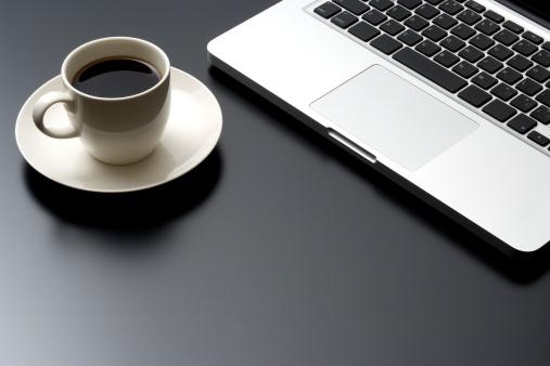Coffee Break「Laptop and a cup of coffee on black desk」:スマホ壁紙(16)