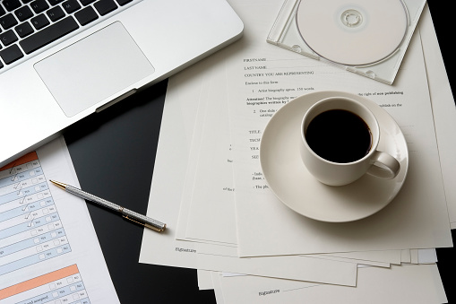 Coffee Break「Laptop and a cup of coffee on messy office desk」:スマホ壁紙(9)