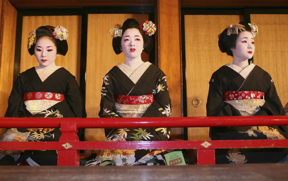 祇園甲部歌舞練場「Maiko and Geisha Attend New Year's Ceremony」:写真・画像(7)[壁紙.com]