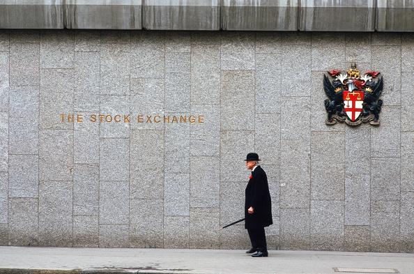Outdoors「UK, London, senior man walking outside The Stock Exchange, side view」:写真・画像(12)[壁紙.com]