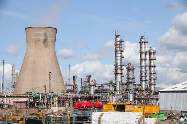 Chimney「The Ineos oil refinery in Grangemouth Scotland, UK. The site is responsible for massive C02 emissions.」:写真・画像(12)[壁紙.com]