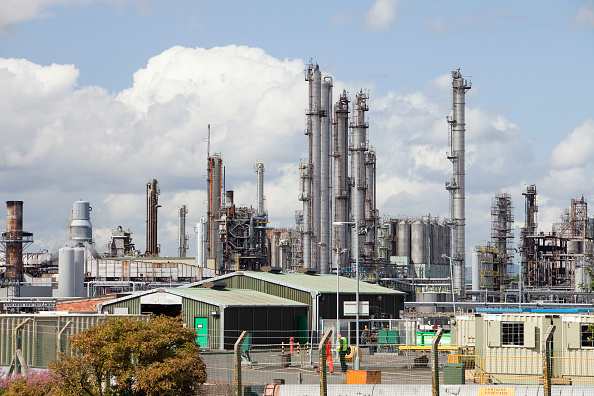 Chimney「The Ineos oil refinery in Grangemouth Scotland, UK. The site is responsible for massive C02 emissions.」:写真・画像(18)[壁紙.com]