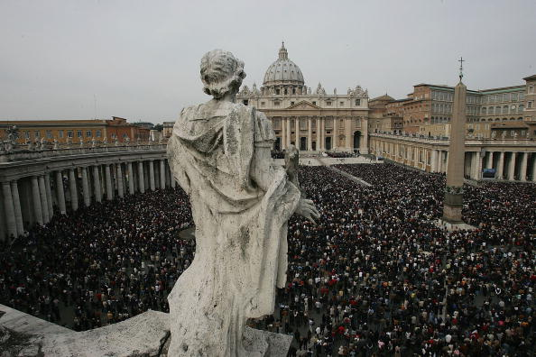 Religious Mass「Thousands Attend Mass In Honour Of Pope」:写真・画像(13)[壁紙.com]