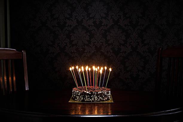 birthday cake on table in living room:スマホ壁紙(壁紙.com)