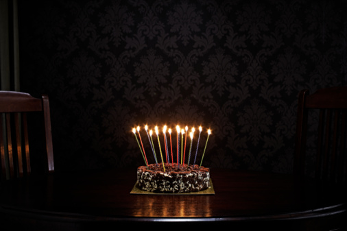 Candle「birthday cake on table in living room」:スマホ壁紙(15)