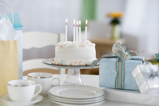 Birthday「Birthday cake, gifts with plates and cups」:スマホ壁紙(9)