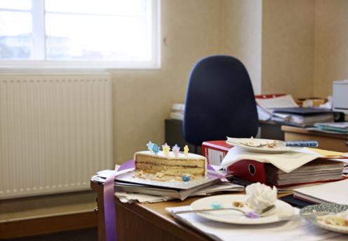 Birthday「birthday cake on desk in office」:スマホ壁紙(12)