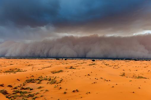 Merzouga「Sandstorm Approaching Merzouga Settlement,in Erg Chebbi Desert Morocco,Africa」:スマホ壁紙(8)