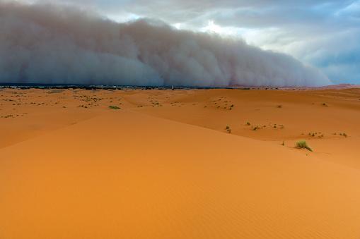 Approaching「Sandstorm Approaching Merzouga Settlement,in Erg Chebbi Desert Morocco,Africa」:スマホ壁紙(5)