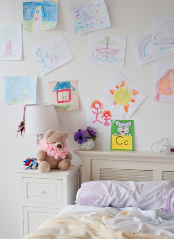 Lamp Shade「Children's artwork hanging on wall」:スマホ壁紙(4)