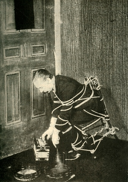 Accordion - Instrument「John Nevil Maskelyne Performs A Spirit Cabinet Illusion」:写真・画像(19)[壁紙.com]