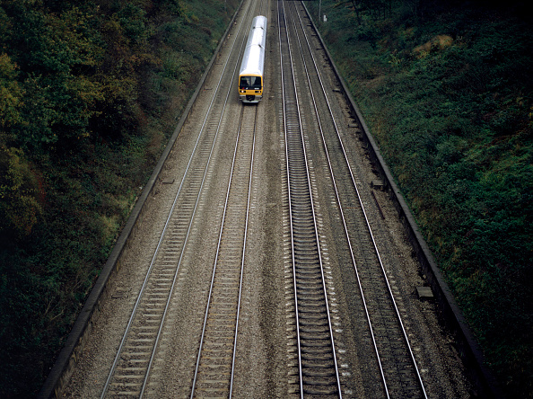 Railroad Track「A Class 165 Turbo Diesel passing through Sonning Cutting in Berkshire」:写真・画像(18)[壁紙.com]