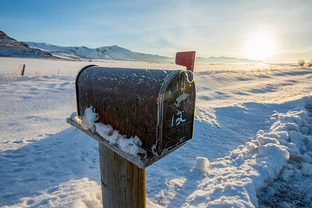Mailbox in snowy rural field:スマホ壁紙(壁紙.com)