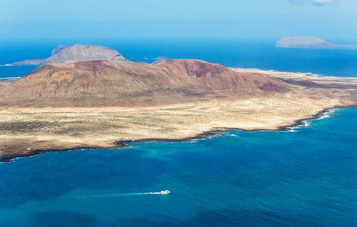 La Graciosa - Canary Islands「View over La Graciosa from the Mirador del Rio, ferry heading for Lanzarote, Ye, Lanzarote, Canary Islands, Spain」:スマホ壁紙(9)