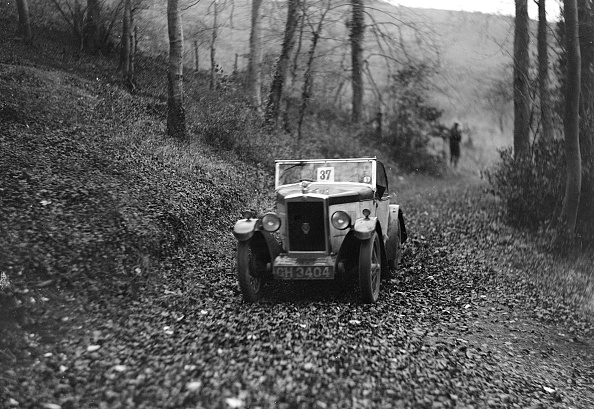 Country Road「W Wright's Morris Minor with body by Arrow competing in the Inter-Varsity Trial, November 1931」:写真・画像(1)[壁紙.com]