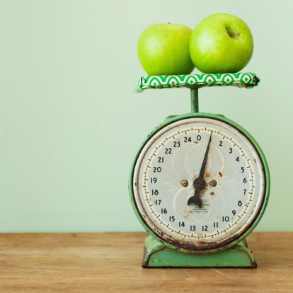 Weight Scale「Apples on old-fashioned kitchen scale, studio shot」:スマホ壁紙(17)