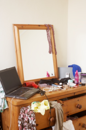 Dressing Table「Laptop on messy dressing table」:スマホ壁紙(14)