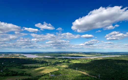 Arkansas「Green Arkansas landscape under a blue cloudy sky」:スマホ壁紙(15)