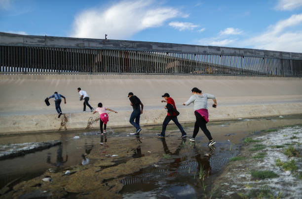 Swelling Numbers Of Migrants Overwhelm Southern Border Crossings:ニュース(壁紙.com)