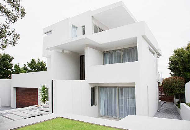 Modern house and backyard:スマホ壁紙(壁紙.com)