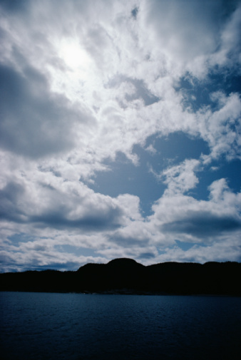 雲「Morning clouds over ocean and silhouetted mountain」:スマホ壁紙(18)