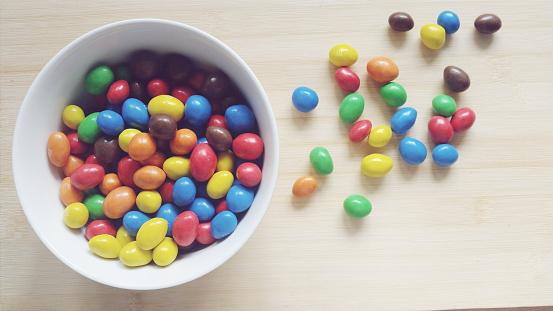 チョコレート「Bowl of chocolate candies」:スマホ壁紙(1)
