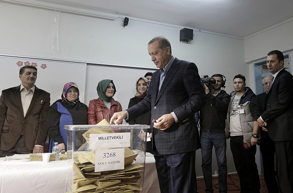 Medium Group Of People「Turkey Holds A Snap General Election Amid Tight Security」:写真・画像(1)[壁紙.com]
