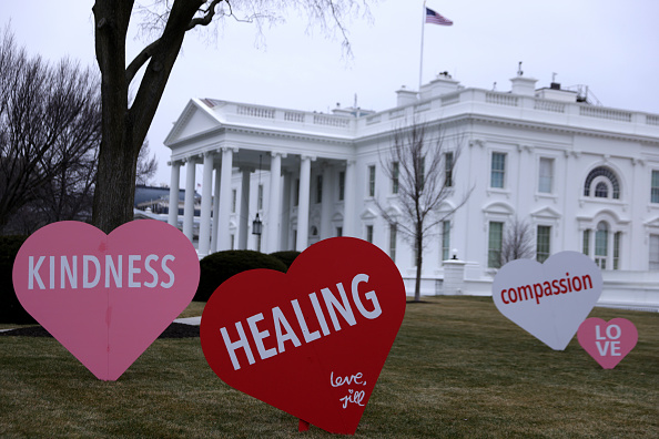 Information Medium「White House North Lawn Decorated With Valentines Day Messages Of Hope And Unity」:写真・画像(3)[壁紙.com]