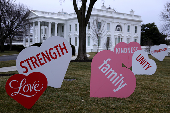 Information Medium「White House North Lawn Decorated With Valentines Day Messages Of Hope And Unity」:写真・画像(9)[壁紙.com]