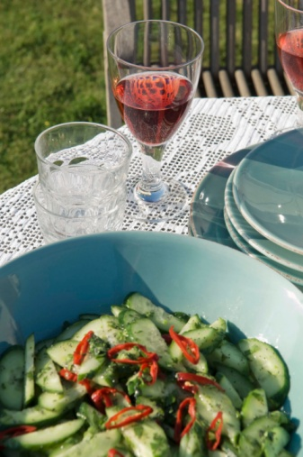 Hove「Cucumber salad on table setting outdoors」:スマホ壁紙(13)