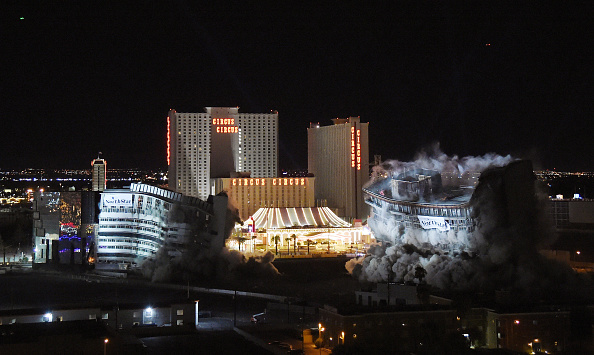 Finance and Economy「The Riviera Hotel & Casino's Remaining Structures Are Imploded」:写真・画像(0)[壁紙.com]