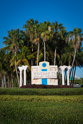 Miami Beach「Welcome sign on the road to Miami Beach and the Ar」:スマホ壁紙(7)