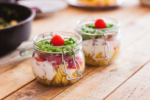 Bean Sprout「Alfredo fusilli with peas in glass jar, close-up」:スマホ壁紙(9)
