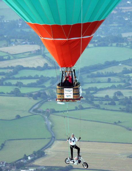 Customized「Motorcycle Stuntman Leaps From Hot Air Balloon」:写真・画像(10)[壁紙.com]
