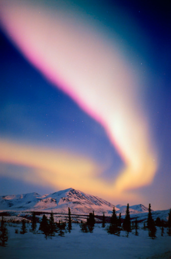 Dramatic Landscape「USA, Alaska, Alaskan Range, Aurora Borealis illuminate night sky」:スマホ壁紙(18)
